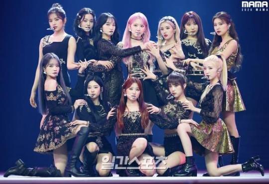 「2020 MAMA(Mnet ASIAN MUSIC AWARDS)」で華やかなステージを披露しているガールズグループIZ*ONE(アイズワン)。[写真 CJ ENM]