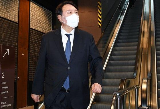韓国の尹錫悦(ユン・ソクヨル)前検察総長が7日午後、ソウル鍾路区(チョンノグ)の中華料理店で、野党「国民の党」の安哲秀(アン・チョルス)代表とランチミーティングを終えた後、バックブリーフィング場所に移動している。イム・ヒョンドン記者