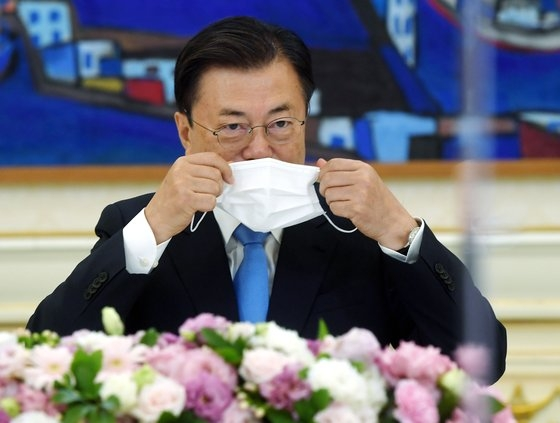 文在寅大統領が9日、青瓦台本館で米議会コリアスタディグループ(CSGK)代表団と会い、冒頭発言をした後、マスクを着用している。 青瓦台写真記者団