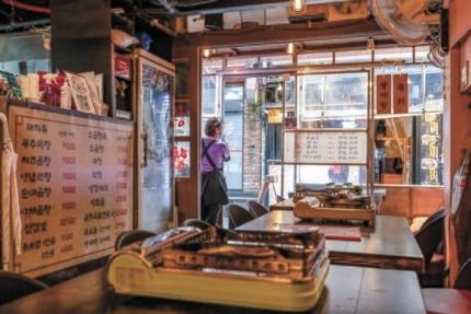 韓国政府が9日、12日から25日まで2週間にわたり首都圏に社会的距離確保第4段階適用を発表した。この日夕方ソウルの弘大入口駅近くの飲食店で従業員がお客を待っている。従業員は「先週までこの時間帯にはお客が列を作っていた。今後社会的距離確保の引き上げの影響が大きそうだ」と話した。インターン記者 チョン・ジュンヒ