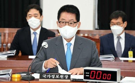 8日に国会で開かれた情報委員会全体会議で国家情報院の朴智元院長が席に座っている。イム・ヒョンドン記者