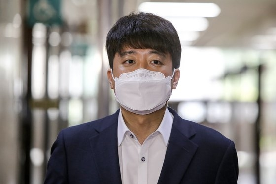 韓国野党「国民の力」の李俊錫(イ・ジュンソク)代表が13日、国会で取材陣と会って質問に答えている。イム・ヒョンドン記者