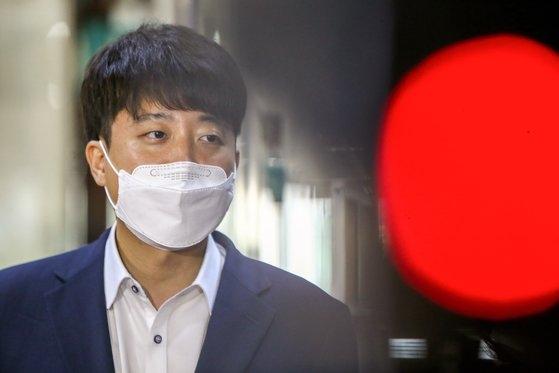 13日、国会で取材陣に対し、前日の党代表会合に関する質疑に答える李俊錫(イ・ジュンソク)国民の力代表。 イム・ヒョンドン記者