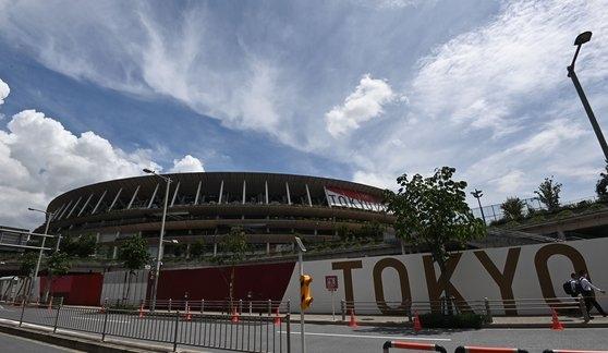 2020東京五輪開幕を1週間後に控えた16日、東京新宿区の東京オリンピックスタジアム。1964年に開催された東京五輪のメーン競技場を再建築したここでは、23日の開会式と来月8日の閉会式、陸上などの種目が行われる。 東京=オリンピック写真共同取材団