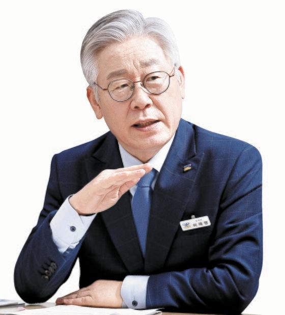 京畿道の李在明知事が17日にフェイスブックを通じて相馬弘尚総括公使の不適切発言に抗議し、日本政府次元の謝罪を要求した。[中央フォト]