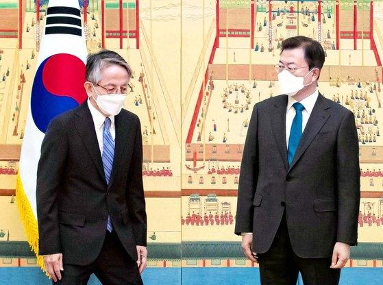 文在寅大統領が4月14日、駐韓大使信任状制定式で記念撮影後に移動する相星孝一日本大使を眺めている。[写真 青瓦台写真記者団]