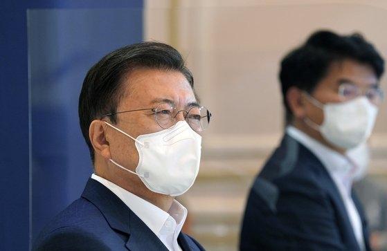 韓国の文在寅(ムン・ジェイン)大統領が今月14日、青瓦台(チョンワデ、大統領府)で「韓国版ニューディール2.0 -未来を作る国大韓民国」をテーマにした第4次韓国版ニューディール戦略会議で、洪楠基(ホン・ナムギ)経済副首相兼企画財政部長官の発表を聞いている。[写真 青瓦台]