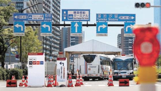 2020東京五輪の開幕を5日控えた18日、東京晴海の五輪選手村の入口付近に警察警備員が配置されている。チャン・ジニョン記者
