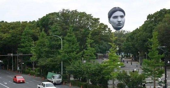 公共美術熱気球「まさゆめ」が16日、東京代々木公園の林の間に浮かんでいる。[写真 ツイッターキャプチャー]