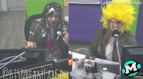 コロンビアラジオ番組の司会者が旭日旗Tシャツ(左)と日本のアニメ『ドラゴンボール』のキャラクターを連想させるカツラをかぶっている。[ユーチューブ キャプチャー]