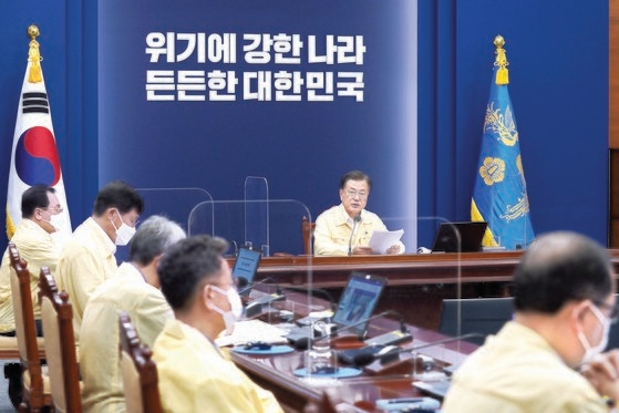韓国の文在寅(ムン・ジェイン)大統領が19日午後、青瓦台(チョンワデ、大統領府)で首席・補佐官会議を主宰している。この日午前、読売新聞から韓日首脳会談開催に関する報道が出たりもしたが、朴洙賢(パク・スヒョン)国民疎通首席は会見を通じて文大統領が東京オリンピック(五輪)期間に日本を訪問しないことを決めたと明らかにした。[写真 青瓦台]