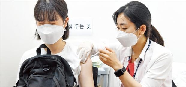 高校3年受験生および教職員の新型コロナ予防接種が始まった19日、ソウル龍山区(ヨンサング)の新型コロナ予防接種センターである生徒がワクチンを打っている。ホ・ムンチャン記者
