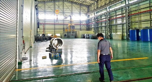 原発部品企業サムホン機械の昌原(チャンウォン)工場では試作品一つだけがぽつんと置かれている。2017年までは斗山重工業に納品する原発部品で埋まっていたところだ。同社のパク・スギュ取締役が工場の内部を見せている。 チョン・ウィジン記者