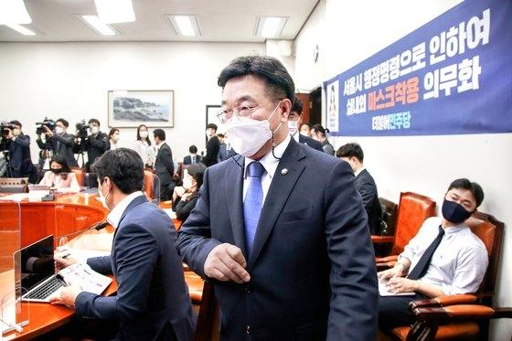 1日、国会で開かれた院内対策会議に出席した共に民主党の尹昊重院内代表。オ・ジョンテク記者