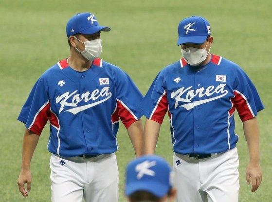 韓国野球代表を引っ張るベテランの姜ミン鎬(カン・ミンホ)捕手と梁義智(ヤン・ウィジ)捕手。 [ISフォト]