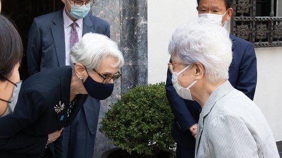 20日、在日米国大使館で北朝鮮による拉致被害者家族と会った米国務省のウェンディ・シャーマン副長官。[写真 シャーマン副長官 ツイッター]