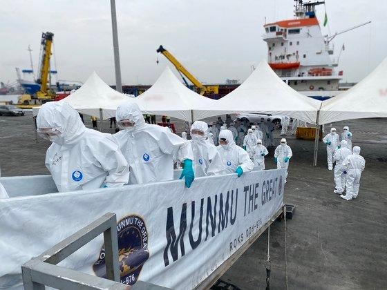 新型コロナウイルス(新型肺炎)集団感染(クラスター)が発生した清海(チョンヘ)部隊第34陣の将兵全員を韓国に移送するために出国した特殊任務団が19日(現地時間)、駆逐艦「文武大王」に乗艦している。[写真 韓国国防部]