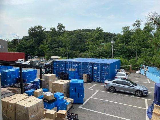 温水洗浄便座を生産するアイゼンの金浦工場駐車場全景。世界的物流大乱が始まった昨年7月に商品保管用コンテナを用意して製品を保管している。物流大乱前は見られなかった光景だ。カン・ギホン記者