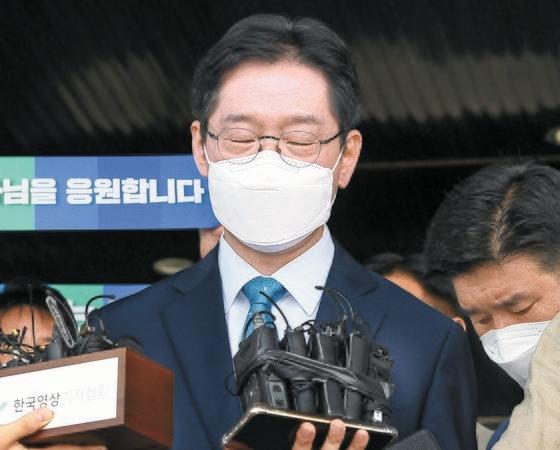 21日午前、慶南道庁で大法院の判決に対する立場を明らかにしながら目を閉じる金慶洙(キム・ギョンス)慶尚南道知事。保釈中の金知事は2、3日以内にまた収監される。 ソン・ボングン記者
