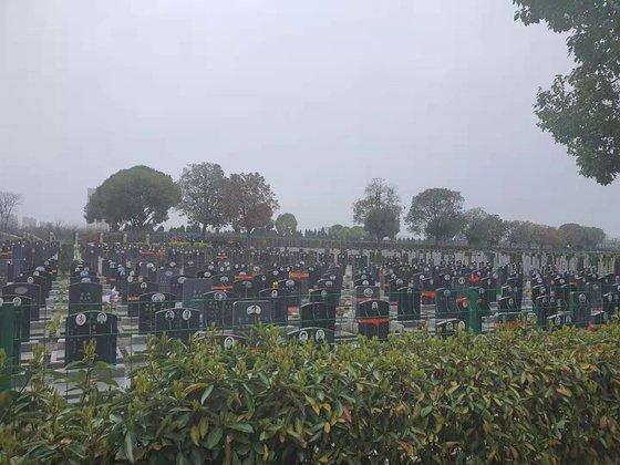武漢のある墓地。武漢が封鎖された昨年1~4月の間、亡くなった市民相当数がこちらに安置されている。武漢=パク・ソンフン特派員