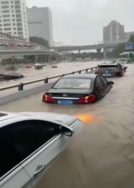 中国河南省鄭州に記録的な大雨が降った。[ツイッター キャプチャー]