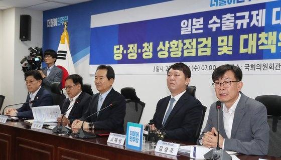 日本の輸出規制撤回のための韓日実務協議に障害物となったのは結局、両国間の葛藤と信頼不足だった。写真は2019年8月に開かれた日本輸出規制措置関連の政府・与党・青瓦台状況点検会議。