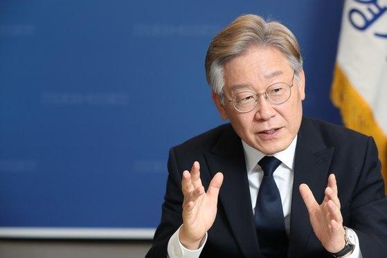 22日、ソウル汝矣島の事務室で中央日報のインタビューに応じた京畿道の李在明知事。 ウ・サンジョ記者