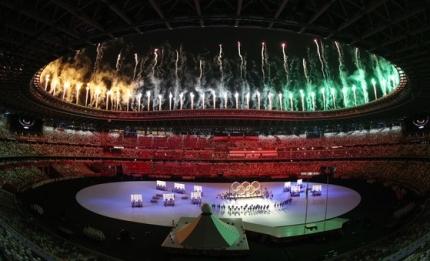 新型コロナで1年延期された2020東京五輪が23日、華麗な花火と共に開幕した。東京五輪のメインスタジアムで開催された開会式には観客はなく最少限の人員だけが出席した。 チャン・ジンヨン記者