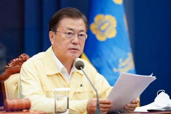 20日午前、青瓦台で国務会議を開く文在寅(ムン・ジェイン)大統領。 青瓦台提供