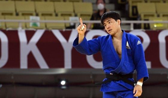 26日、東京武道館で行われた東京五輪柔道男子73キロ級3位決定戦で、アゼルバイジャンのオルジョフに勝って喜ぶ安昌林(アン・チャンリム)。 東京=五輪写真共同取材団