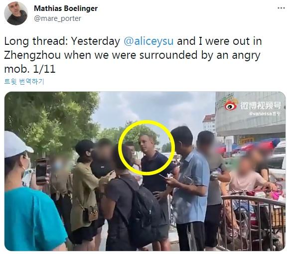 怒った中国群衆に取り囲まれるドイツ記者。[ベーリングガー記者ツイッター キャプチャー]