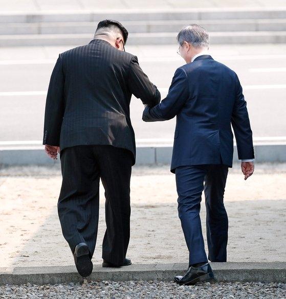 2018南北首脳会談が開かれた4月27日午前、韓国の文在寅(ムン・ジェイン)大統領と北朝鮮の金正恩(キム・ジョンウン)国務委員長が共に軍事境界線(MDL)を北側に渡っている。