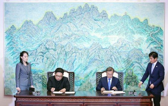 文在寅大統領(右から2番目)と金正恩北朝鮮朝鮮労働党総書記(左から2番目)が2018年4月27日、南北首脳会談で韓半島の平和と繁栄、統一に向けた板門店宣言文に署名している。[写真 青瓦台写真記者団]