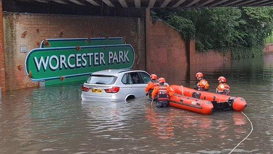 25日(現地時間)、ロンドン消防隊が浸水車両の運転手を救助している。 [ロンドン消防隊 ツイッター]