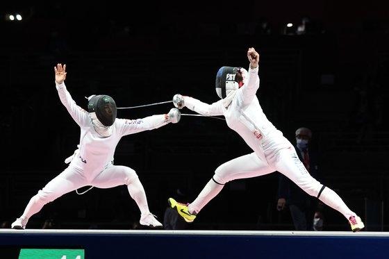 27日、千葉の幕張メッセで開かれた女子エペ団体決勝でカン・ヨンミ選手がエストニア選手を相手に攻撃を試みている。[写真 千葉=オリンピック写真共同取材団B]