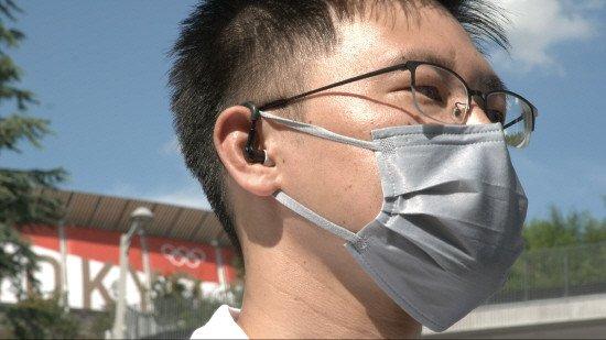 東京オリンピック(五輪)現場職員が知能型イヤーウエアを着用した様子。体温や脈拍数などを基にに熱中病の危険水準を知らせてくれる。[写真 アリババ]