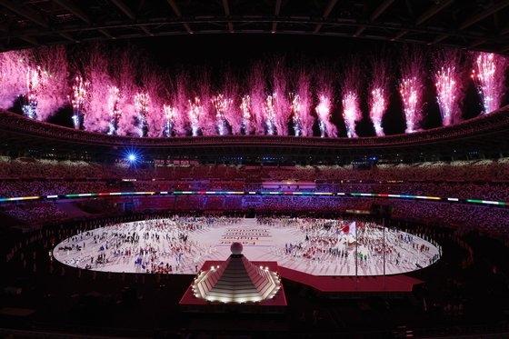 今月23日、東京新宿の国立競技場で行われた2020東京オリンピック(五輪)開幕式で選手団が全員入場した後、花火が打ち上げられている。[写真 東京=写真共同取材団]