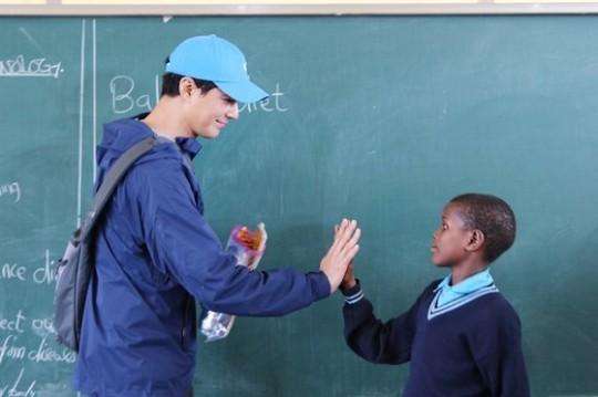 2019年、タンザニア・シンギダ・ニュービジョンスクールを訪問したチョ・インソンさん[写真 ミラル福祉財団]