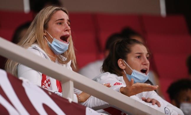 28日に東京・日本武道館で開かれた柔道の競技で選手団関係者らがマスクを外したまま叫んでいる。[写真 五輪写真共同取材団]