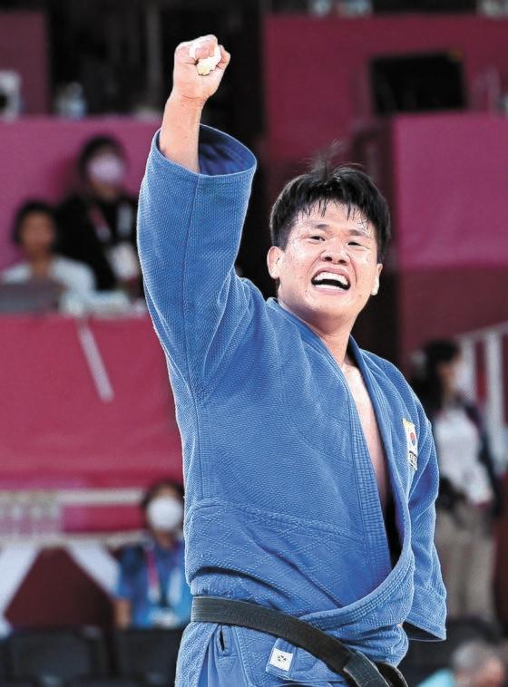 柔道男子100キロ級のチョ・グハムはひざの痛みを抱えながら銀メダルを獲得した。韓国がこの階級で銀メダルを獲得したのは17年ぶり。写真は準決勝で勝利したチョ・グハム。[五輪写真共同取材団]