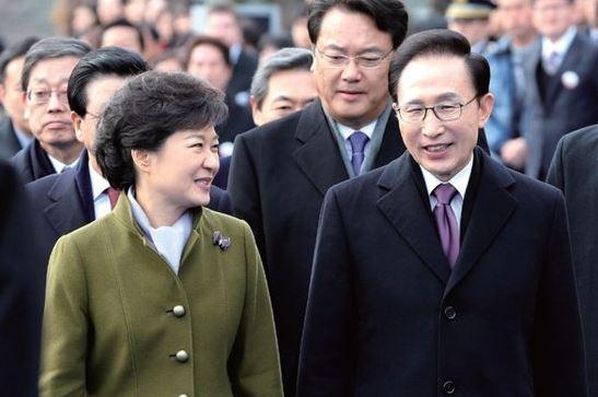 2013年2月25日、国会議事堂前の庭で開かれた第18代大統領就任式に出席した朴槿恵前大統領と李明博元大統領[中央フォト]