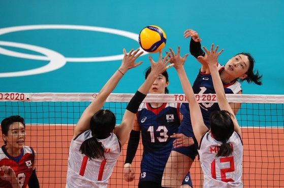 キム・ヨンギョン選手が31日に有明アリーナで開かれた女子バレーボールのグループA第4戦日本との試合で攻撃をしている。[写真 五輪写真共同取材団L]