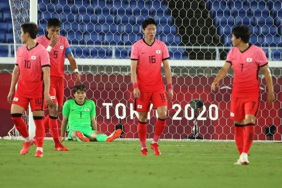 東京五輪サッカー準々決勝韓国対メキシコの試合が行われた横浜国際総合競技場で4点目のゴールを許した韓国選手らが落胆している。[写真 五輪写真共同取材団]