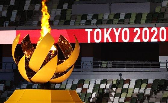 7月23日に国立競技場で開かれた東京五輪開会式で聖火台が燃え上がっている。[写真 五輪写真共同取材団A]