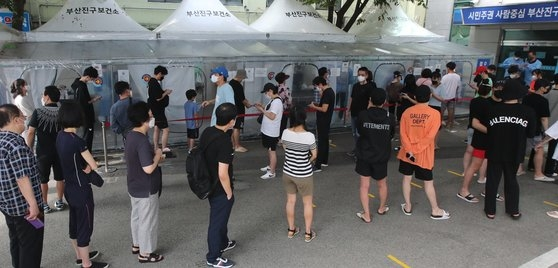 8月1日、釜山市釜山鎮区の保健所選別診療所に多くの市民が集まり行列を作りながら新型コロナウイルスの検査を待っている。ソン・ボングン記者