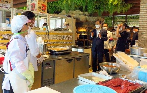 黄熙(ファン・ヒ)文化体育観光部長官が先月24日、東京の変なホテルに用意された代表チームの給食支援センターを訪問して勤務者を激励している。[写真 在日韓国文化院]