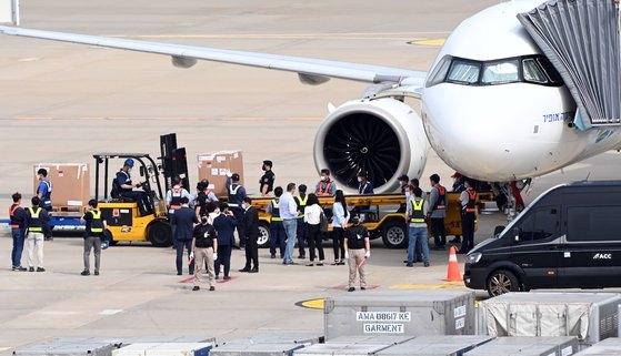 ファイザーワクチンが仁川(インチョン)国際空港貨物ターミナルで積み下ろしを行っている様子。[写真 空港写真記者団]