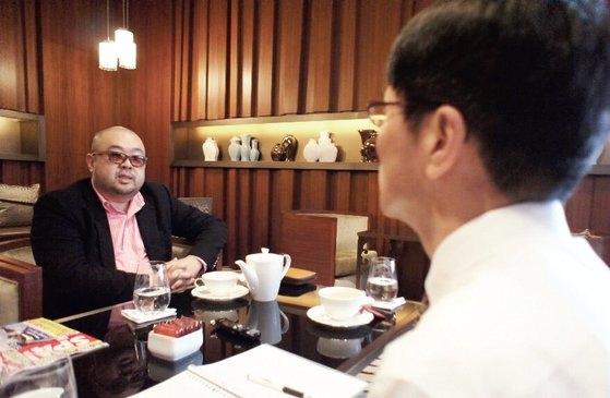 2011年1月、マカオのホテルのカフェで金正男氏と会った五味洋治氏(右)。[写真提供 五味洋治氏、中央フォト]