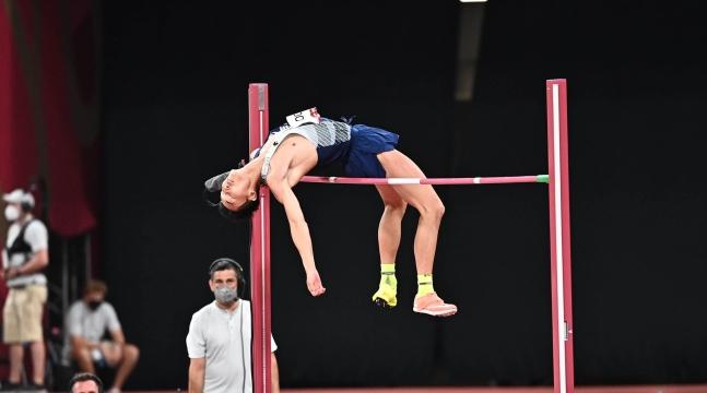 1日、東京オリンピックスタジアムで開かれた東京オリンピック(五輪)陸上男子走り高跳び決戦で、ウ・サンヒョクが2.35メートルを成功させている。[写真 東京=オリンピック写真共同取材団]