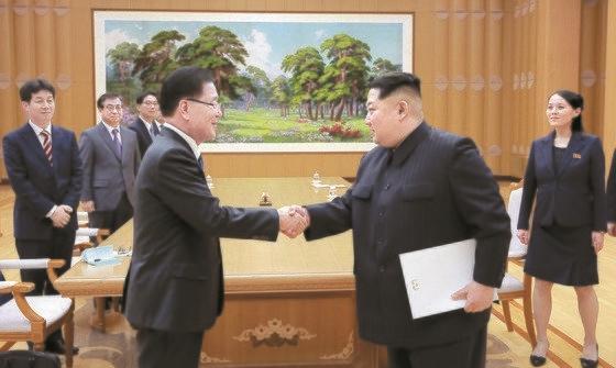2018年3月、鄭義溶(チョン・ウィヨン)国家安保室長(左)は特使として金正恩(キム・ジョンウン)国務委員長に会い、文在寅(ムン・ジェイン)大統領の親書を伝えた。金委員長はこの席で韓米連合訓練について「困難を知っている。理解する」と述べたと、鄭室長は明らかにした。 [青瓦台提供]